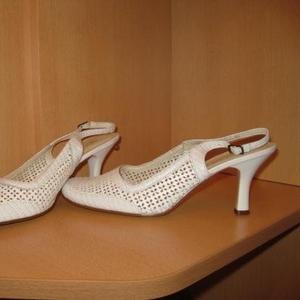 Продаю белые летние туфли